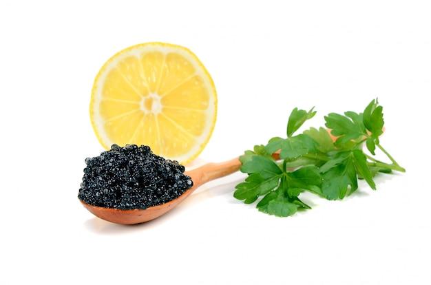Kaviar schwarz in einem holzlöffel