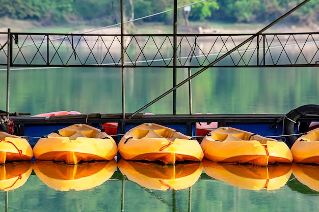 Kayak fahren im hafenparkplatz bei wang bon dam nakhon nayok, thailand