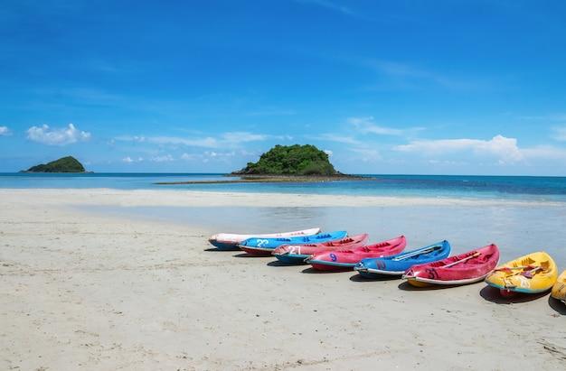 Kayak park ist eine reihe am strand im tropischen land, nang ram beach und nang rong beach