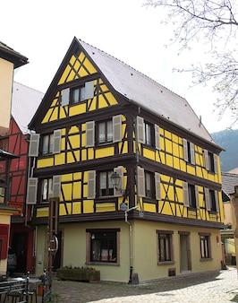Kaysersberg, frankreich. straße mit historischen fachwerkhäusern im elsass