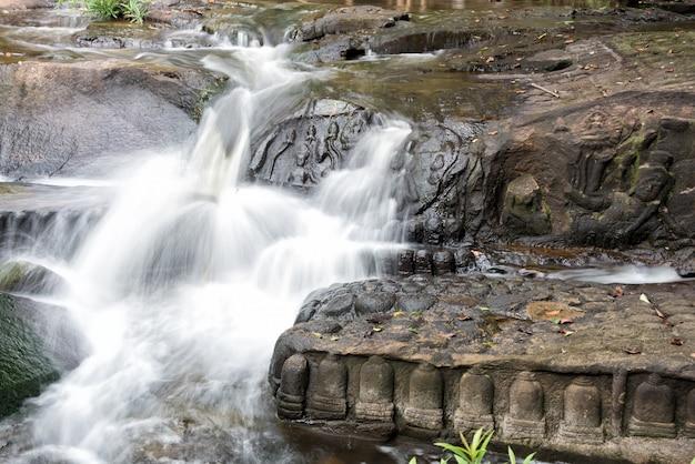 Kbal spean der mysteriöse wasserfall auf dem kulen-gebirge des alten khmer-reiches in der kambodschanischen provinz siem reap