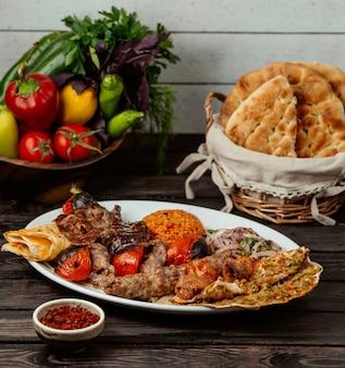 Kebab auf den tisch gelegt