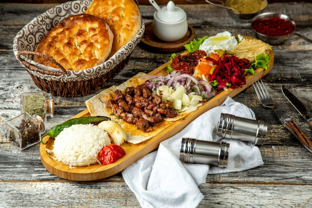 Kebab combo leber reis hummus zwiebel gemüse seitenansicht
