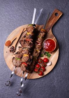 Kebab mit gewürzen und gemüse
