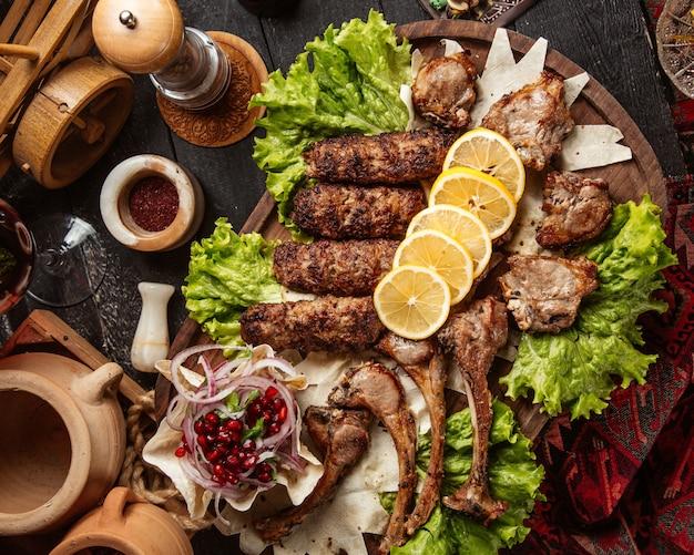 Kebab mit verschiedenen fleischstücken und zitronenscheiben