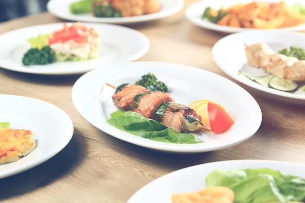 Kebab-teller mit salat auf dem tisch im restaurant