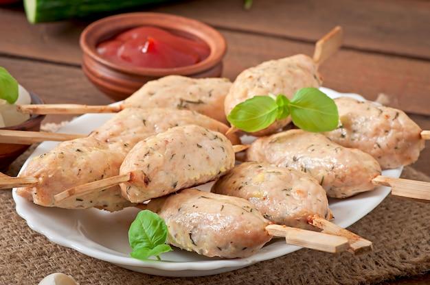 Kebab von gehacktem huhn mit dill und petersilie
