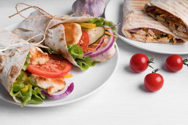 Kebab wrap mit fleisch und gemüse auf teller