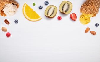 Kegel und bunte verschiedene Früchte für Sommer und süßes Menükonzept.