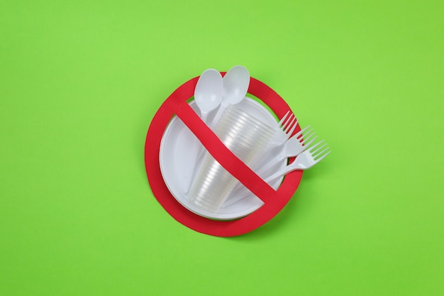 Kein gebrauchssymbol im roten verbotsschild mit plastiktellern. umweltkonzept.