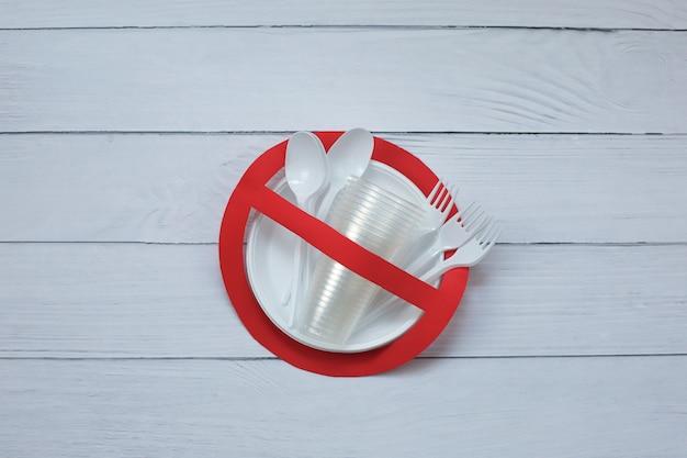 Kein gebrauchssymbol im roten verbotsschild mit plastiktellern