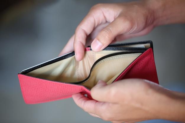 Kein geld in roter tasche