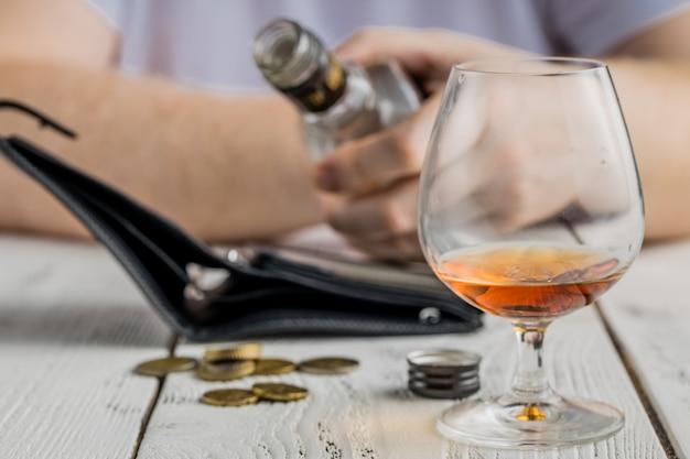 Kein geld mehr in ihrer brieftasche für alkohol