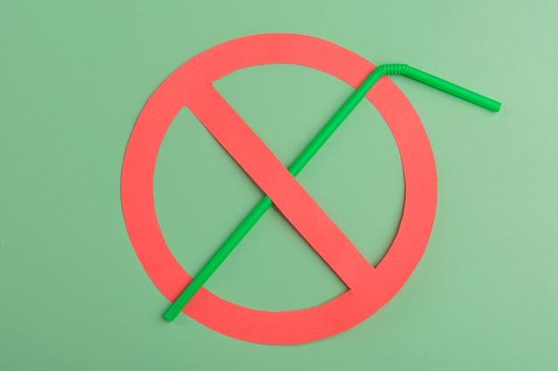 Kein plastik. grünes plastikstroh in einem roten verbotskreis