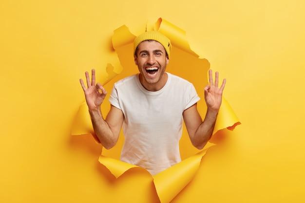 Kein problemkonzept. glücklicher sorgloser versicherter kaukasischer mann mit fröhlichem gesichtsausdruck