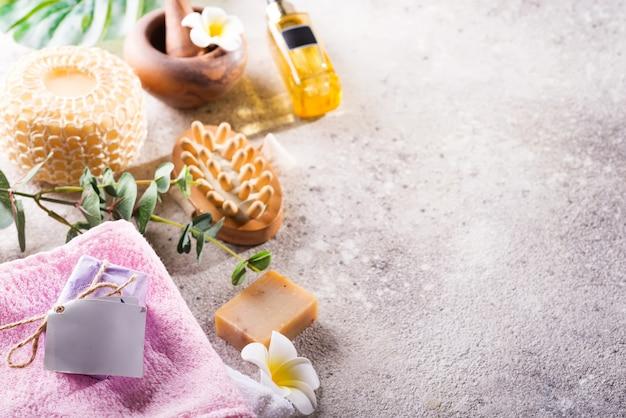 Kein verlust . umweltfreundliches badset. mit bürsten, meersalz, handtuch, aroma in glasflasche, bast und palmblättern
