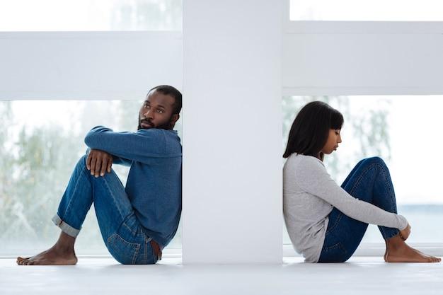 Kein verständnis. zwei junge, emotionslose menschen, die wegen problemen in ihren beziehungen nicht miteinander sprechen