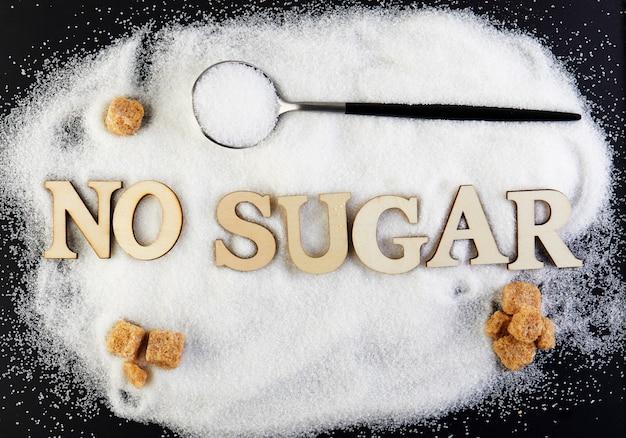 Kein zuckertext aus buchstaben und zucker gleiten auf einem löffel