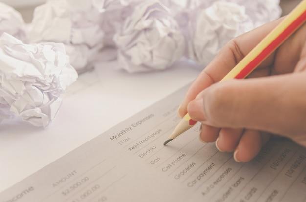 Keine idee und scheitern konzept - menschliche hand, die zerknittertes papier und abfall hält.