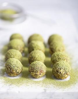 Keine matcha energy bites oder bällchen backen, die mit natürlichen zutaten wie nüssen, matcha-pulver oder datteln zubereitet wurden
