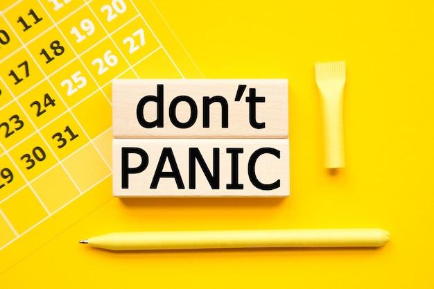 Keine panik-aufschrift auf gelbem hintergrund von cubes