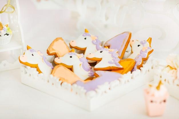 Keks in form von tieren in hellen farben, in eine weiße schachtel gelegt