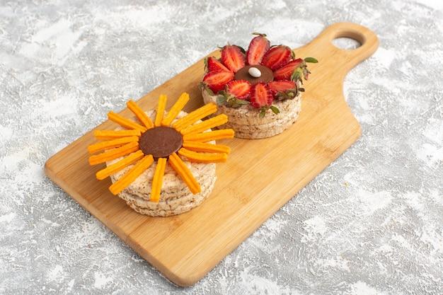 Keks mit erdbeeren auf holzschreibtisch