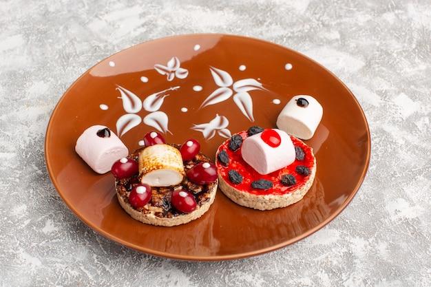 Keks mit hartriegeln in brauner platte auf grau