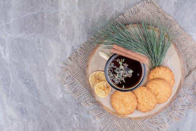 Kekse auf einem holzbrett mit einer tasse glitzern