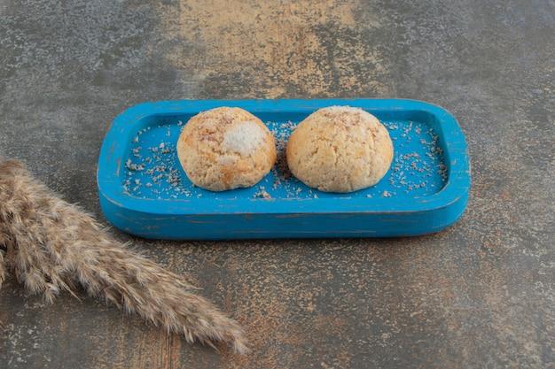 Kekse auf einer blauen platte