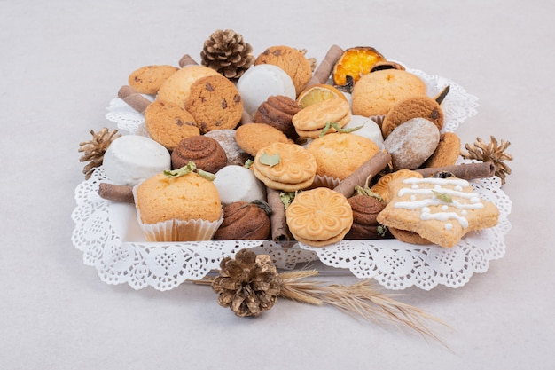 Kekse auf seil in platte auf weiß