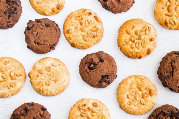 Kekse auf weißem holztisch, draufsicht