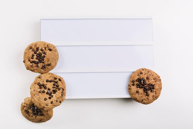Kekse auf weißer plaquette