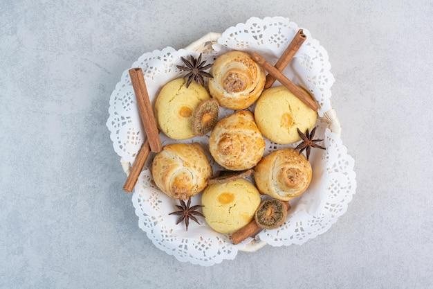 Kekse im korb mit nelken und zimt. foto in hoher qualität