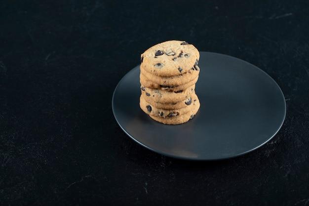 Kekse in einem schwarzen teller