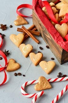 Kekse in form von herzen, auf keksen buchstaben love.decor rote bänder. fröhlichen valentinstag