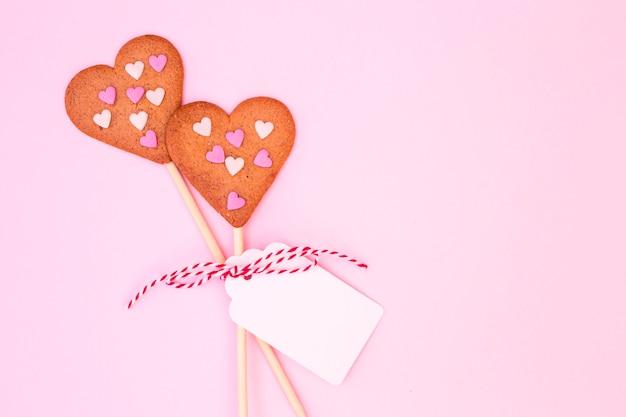 Kekse in form von herzen mit konfetti