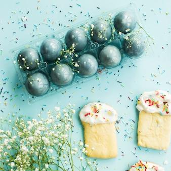 Kekse in form von osterkuchen und blau gefärbten ostereiern