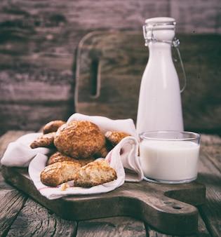 Kekse mit einem glas milch. hausgemachte kuchen