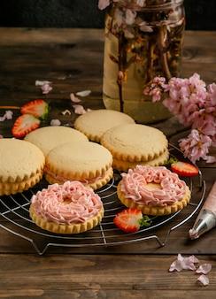 Kekse mit erdbeere und sahne