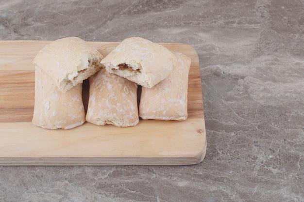 Kekse mit füllung auf einem brett auf marmor gebündelt