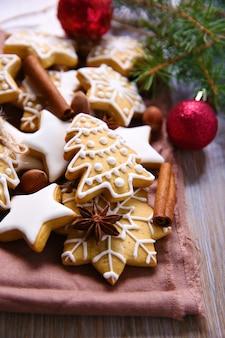 Kekse mit gewürzen und weihnachtsdekor, auf holztisch