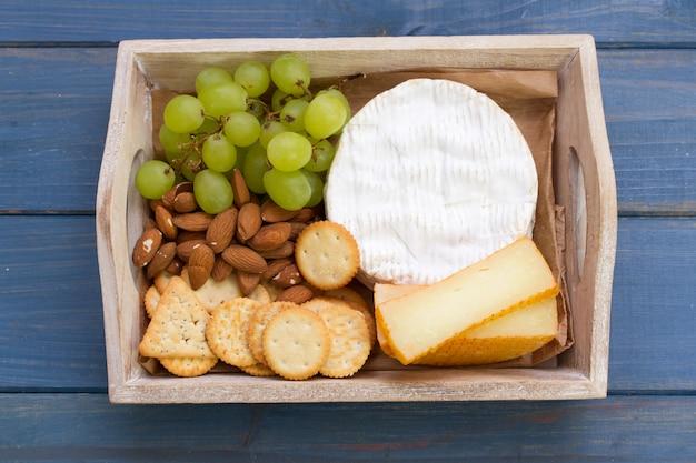 Kekse mit käse, trauben und nüssen