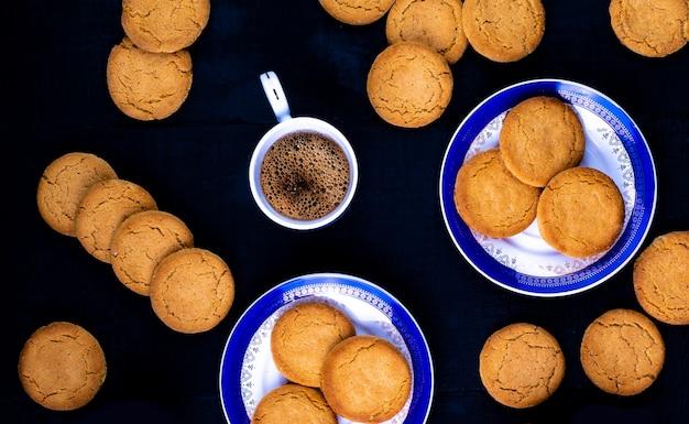Kekse mit kaffee, draufsicht