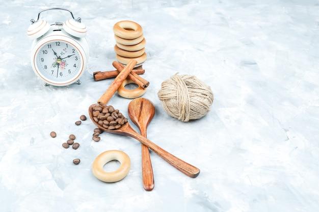 Kekse mit kaffeebohnen auf grungy hintergrund