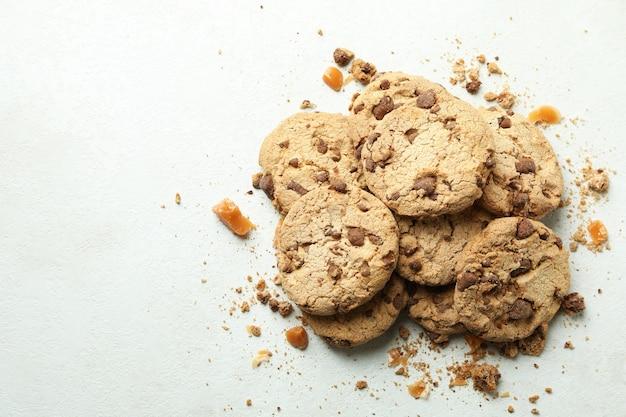 Kekse mit karamell auf weißem strukturiertem hintergrund