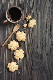 Kekse mit kokosnusschips und einer tasse kaffee