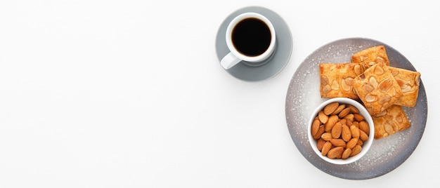 Kekse mit mandeln und kaffeekopierraum