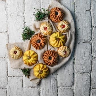 Kekse mit pflanzen auf dem bürgersteig