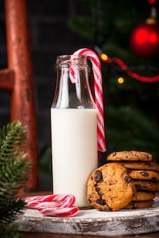 Kekse mit schokolade und milch